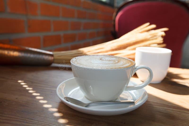 Download Filiżanki Kawy Latte Na Drewno Stole Obraz Stock - Obraz złożonej z aromaty, babeczki: 53791793