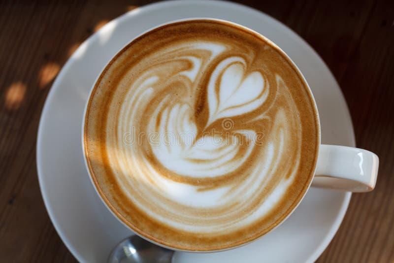 Download Filiżanki Kawy Latte Na Drewno Stole Obraz Stock - Obraz złożonej z filiżanka, brąz: 53792227