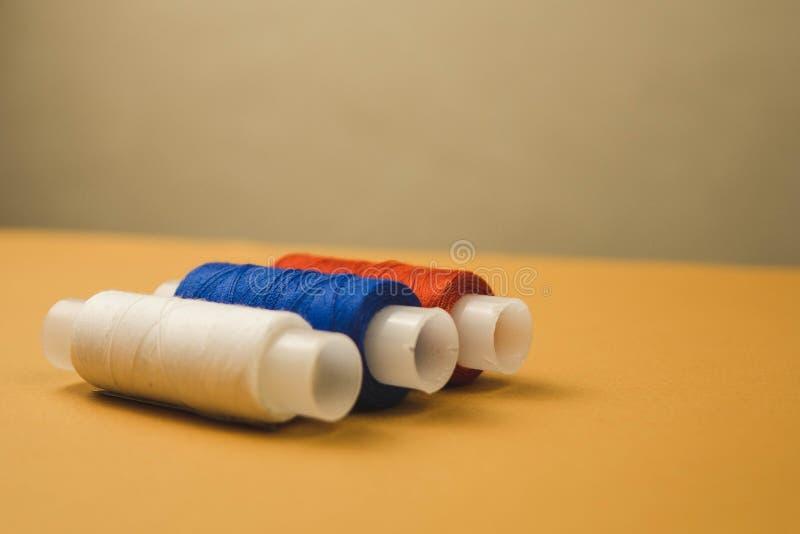 fili bianchi e blu rossi su un fondo arancio fotografia stock libera da diritti