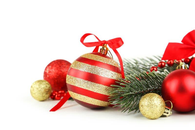 Filial av julgranen med bollar som isoleras på vit bakgrund arkivbilder