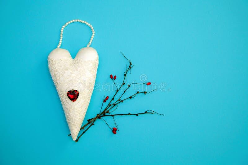Filialer för bakgrund för blått för tappning för hjärtor för valentin` som s färgade handgjorda torra gifta sig förälskelselyckak royaltyfri fotografi