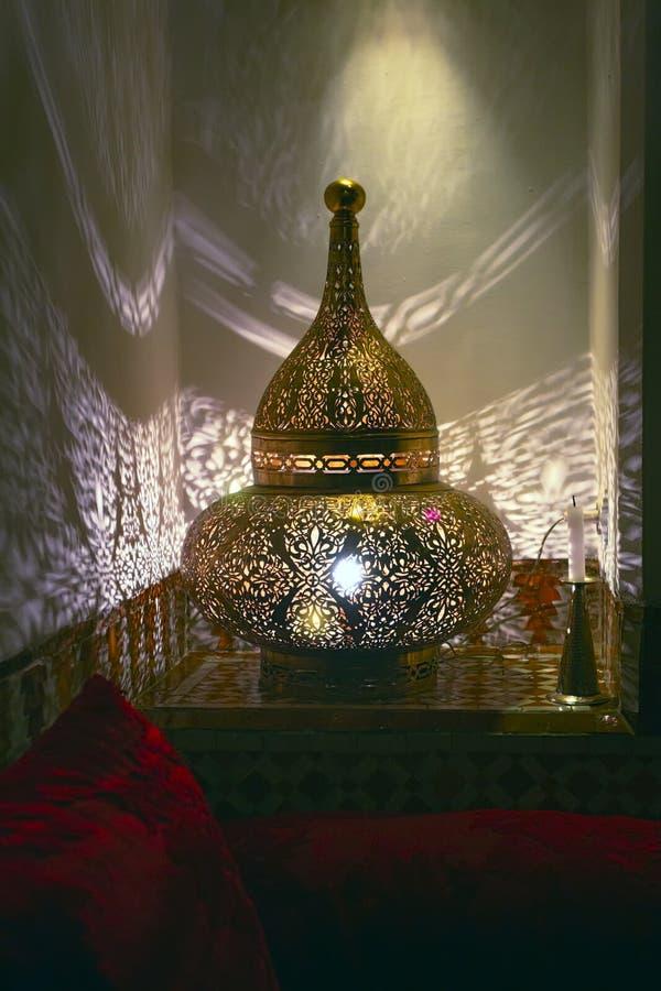Filigraan oosterse die lamp, in Marokko wordt gezien stock foto