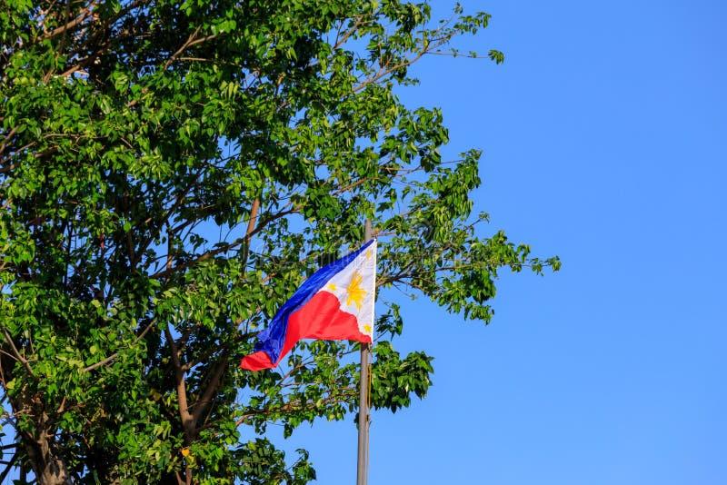 Filipińczyk flaga na niebieskim niebie fotografia stock