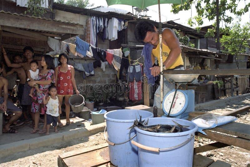 Filipińska Fishmonger sprzedawania ryba w slamsy Packwood obrazy royalty free