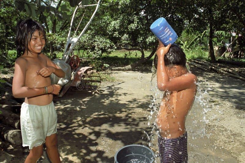 Filipiński chłopiec obmycie i cool daleko w na wolnym powietrzu fotografia stock