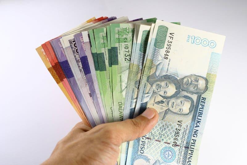 Filipińskiego peso rachunki Trzymający w ręce obraz stock