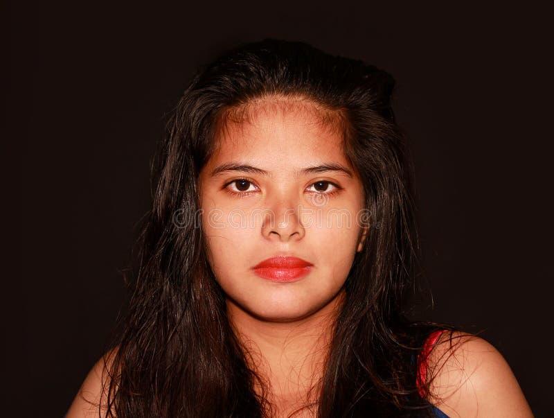 Filipina bonita joven modelo mirando la cámara con el fondo del dak imagen de archivo