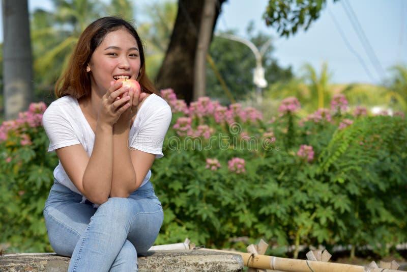 Filipina Female Eating joven fotografía de archivo libre de regalías