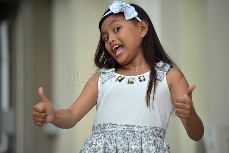 Filipina Girl With Thumbs Up sveglio fotografia stock libera da diritti