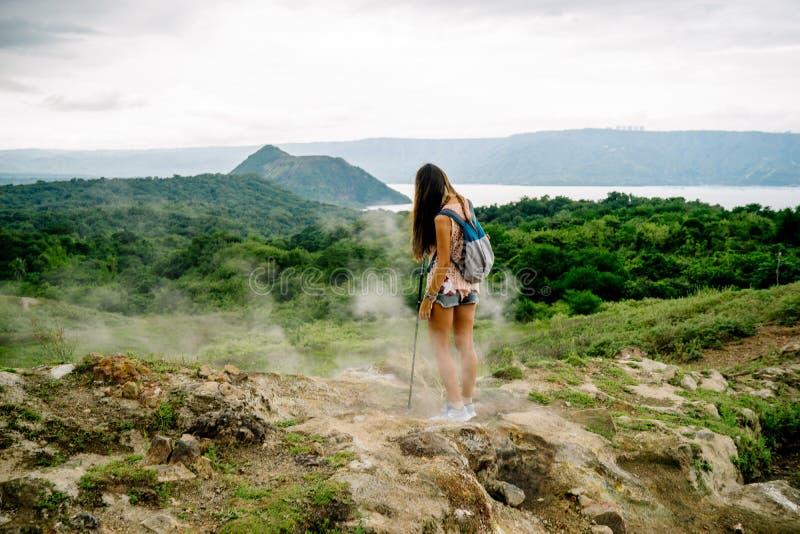 filipinameisje die het taal meer van de vulkaankrater van sleep langs rand dichtbij Manilla in de Filippijnen bekijken royalty-vrije stock afbeeldingen