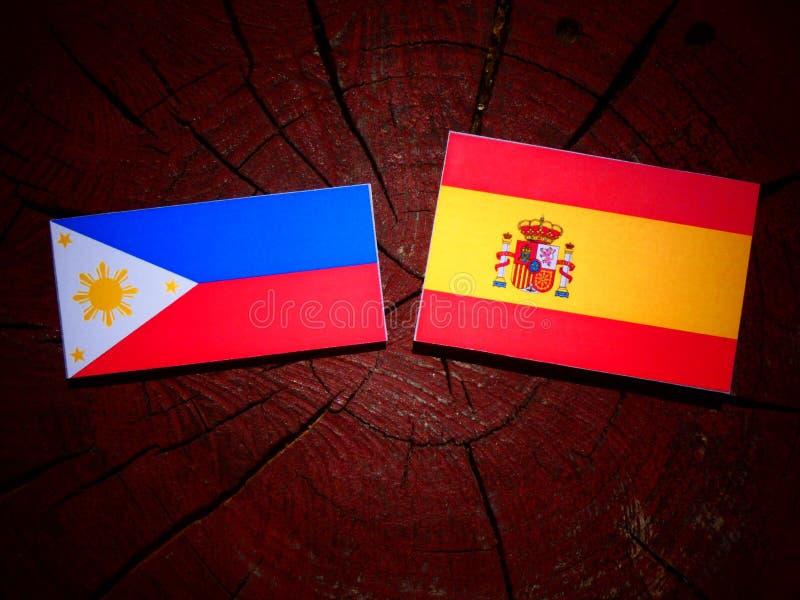 Filipinas señalan por medio de una bandera con la bandera española en un tocón de árbol imagen de archivo libre de regalías