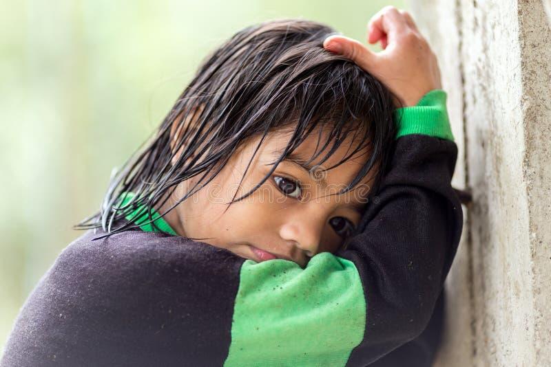 Filipinka mała dziewczynka pod deszczem zdjęcie royalty free