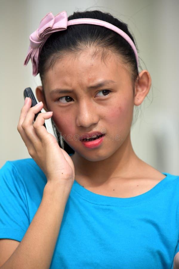 Filipinka Nieletnia Używa komórka obraz stock