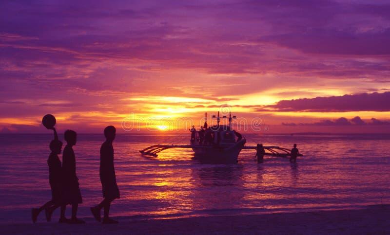 Filipiny: Thre lokalne chłopiec chodzi wzdłuż plaży obrazy stock