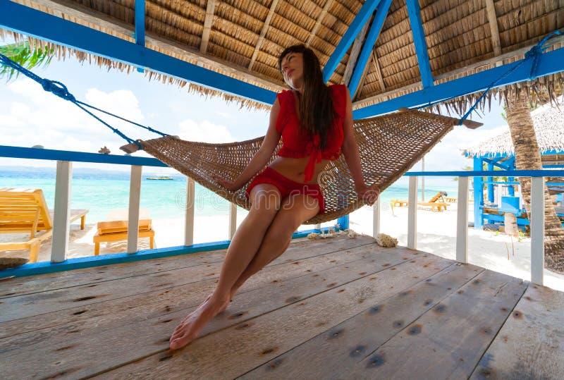 Filippijnen, vrouwen rood ondergoed in hangmat royalty-vrije stock fotografie