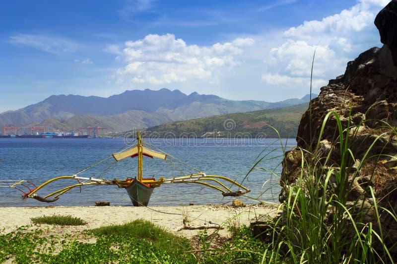 Filippinernafiskebåt på kusten arkivbild