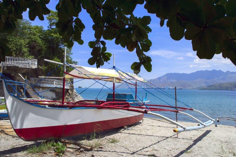 Filippinernafiskebåt på stranden arkivbilder