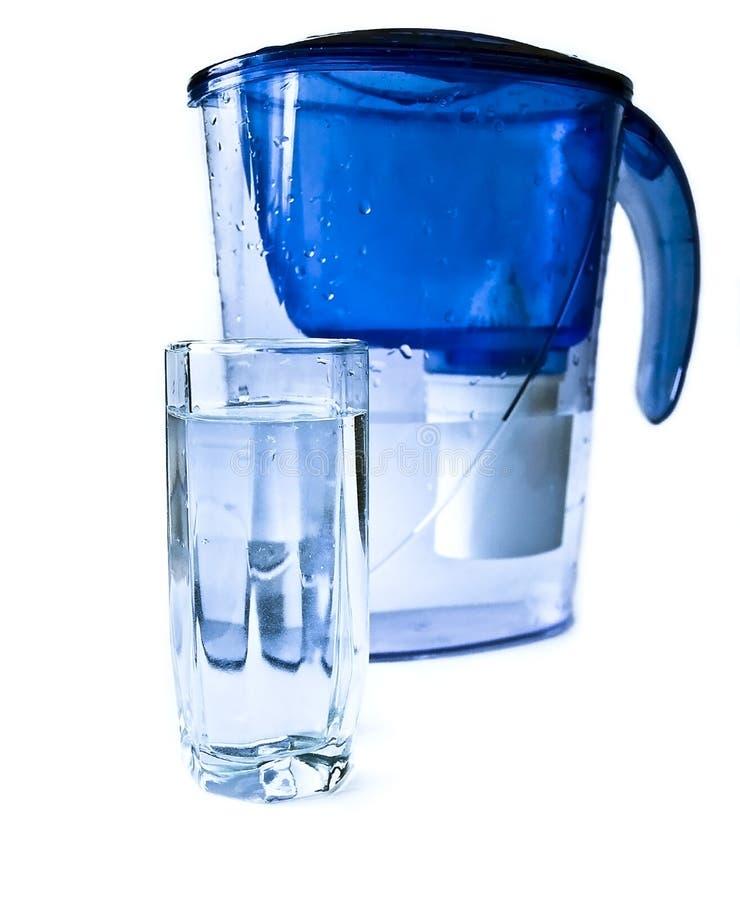 Filirt-waterkruik en glas water. stock foto's