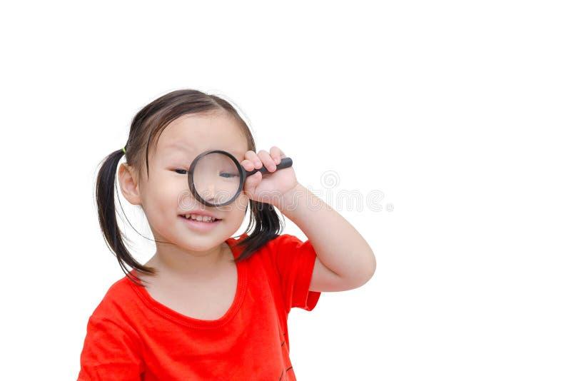 Fille à l'aide de la loupe au-dessus du blanc photographie stock