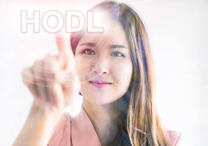 Fille à l'aide du doigt pour toucher le HODL pour le bitc de cryptocurrency image stock