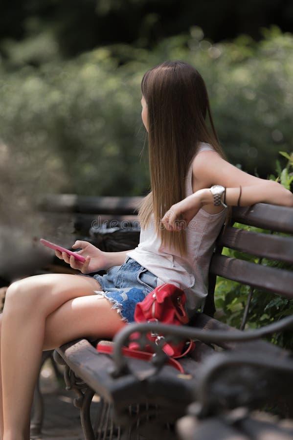 Fille à l'aide du téléphone portable photographie stock libre de droits