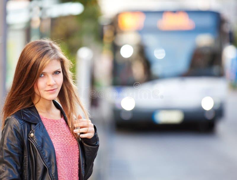 Fille à l'arrêt d'autobus photos libres de droits