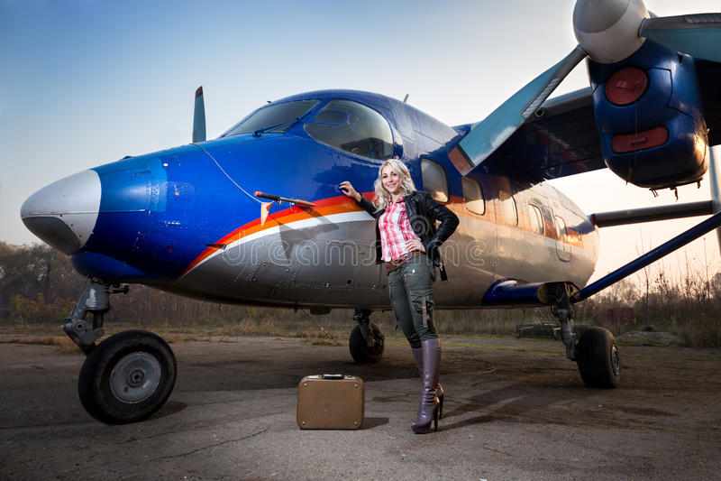 Fille à l'avion photos stock