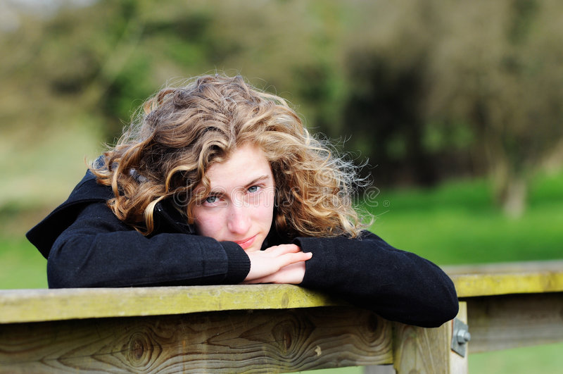 fille à l'extérieur assez d'adolescent photographie stock