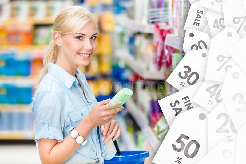 Fille à la boutique choisissant des cosmétiques image stock