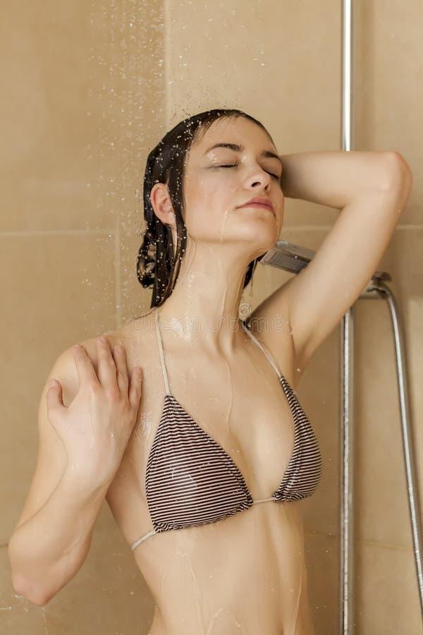Fille à la douche photographie stock