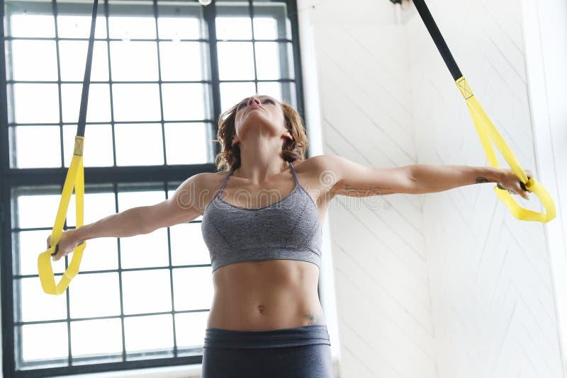Fille à la gymnastique photographie stock libre de droits