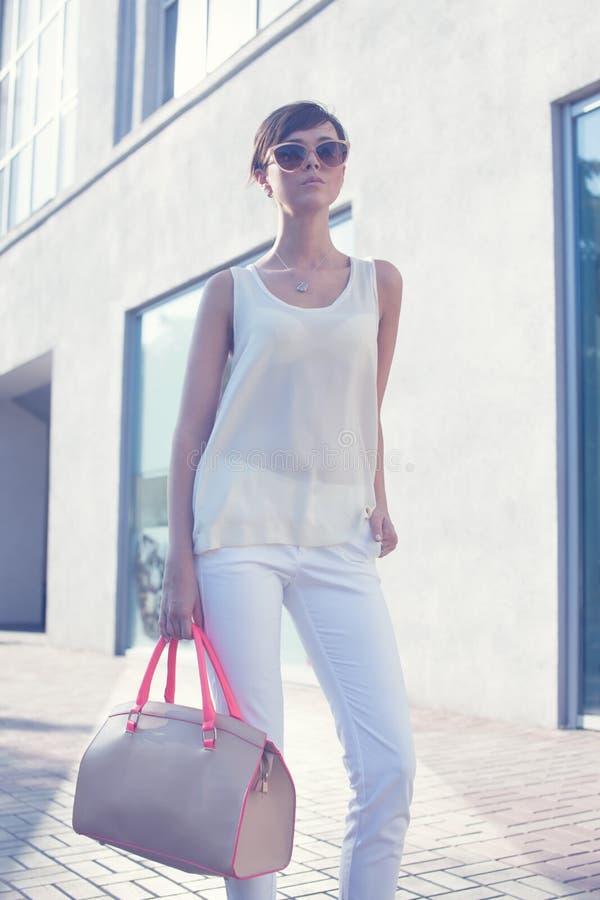 Fille à la mode dans des lunettes de soleil images libres de droits