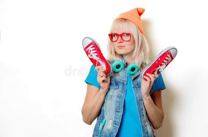 Fille à la mode dans le chapeau orange avec les chaussures en caoutchouc rouges images libres de droits