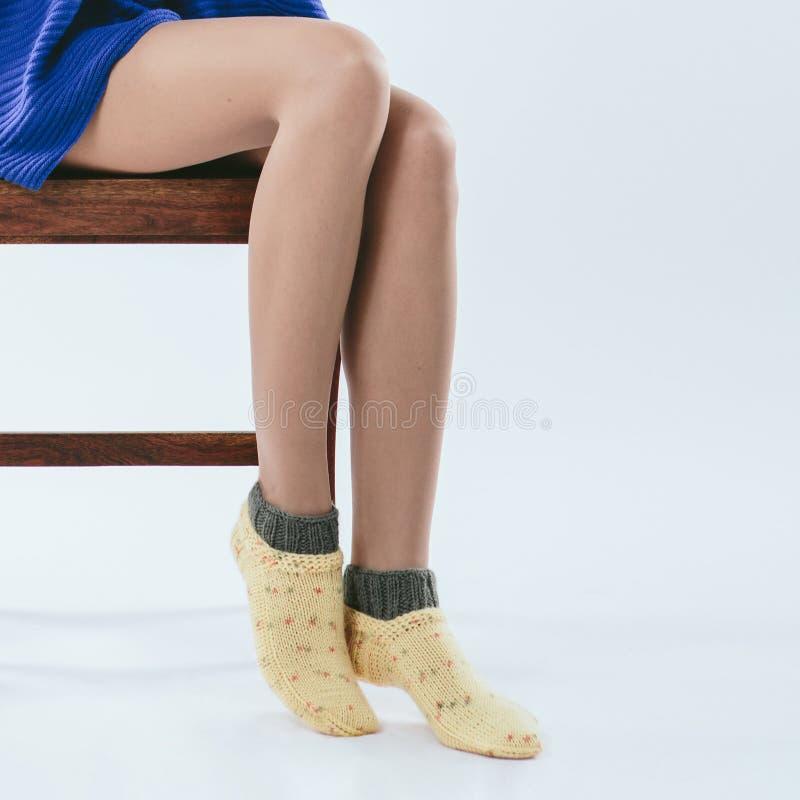 Fille à la mode dans les chaussettes tricotées photo libre de droits
