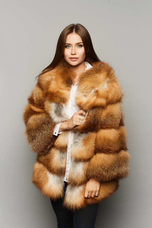 Fille à la mode et élégante de modèle de brune avec le maquillage parfait et les yeux bleu-gris, dans la couleur en buste de ging photographie stock libre de droits