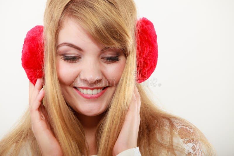 Fille à la mode heureuse dans les bouche-oreilles rouges image stock