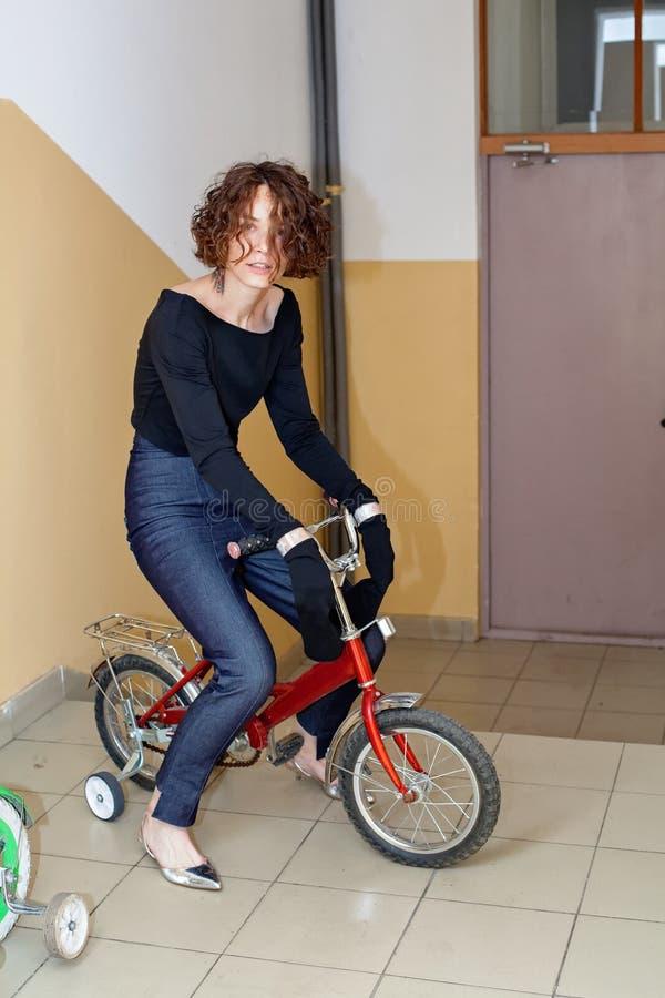 Fille à la mode sur une bicyclette du ` s d'enfants photos stock