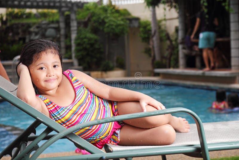 Fille à la piscine photos libres de droits