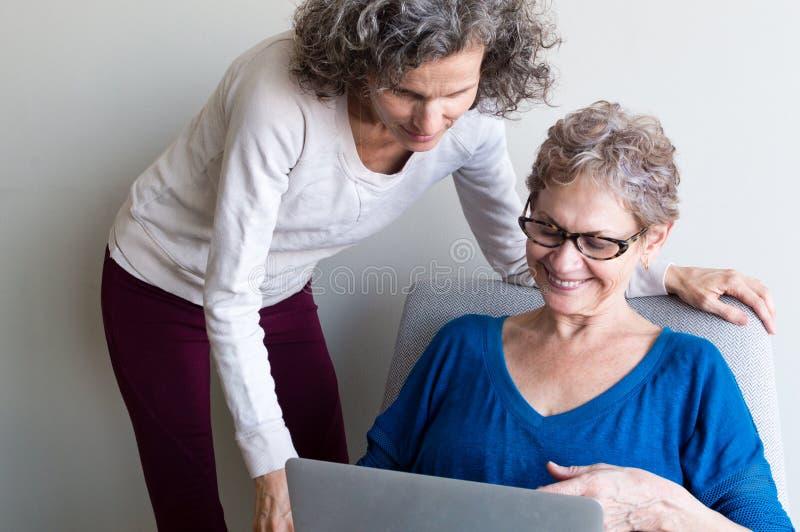 Fille âgée par milieu et mère plus âgée photo stock