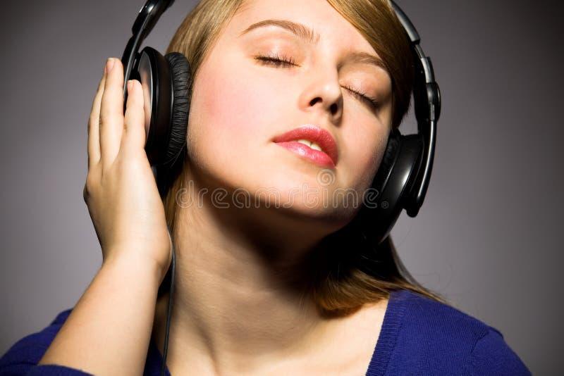 Fille écoutant la musique photo libre de droits