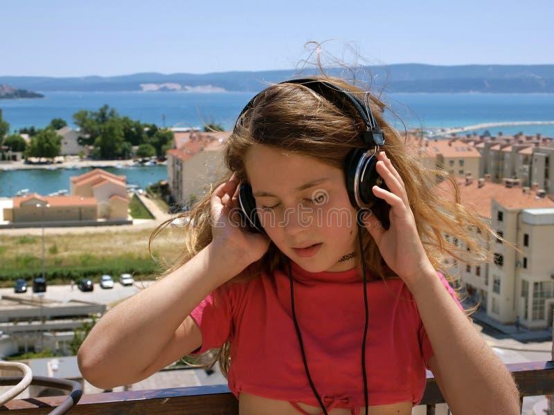 Fille écoutant la musique photographie stock