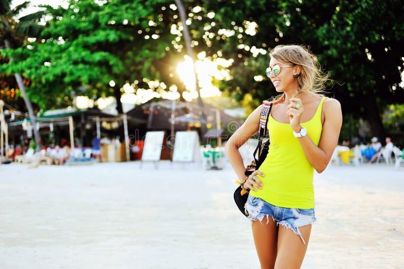 Fille élégante à la mode dans la robe d'été sur une plage images libres de droits