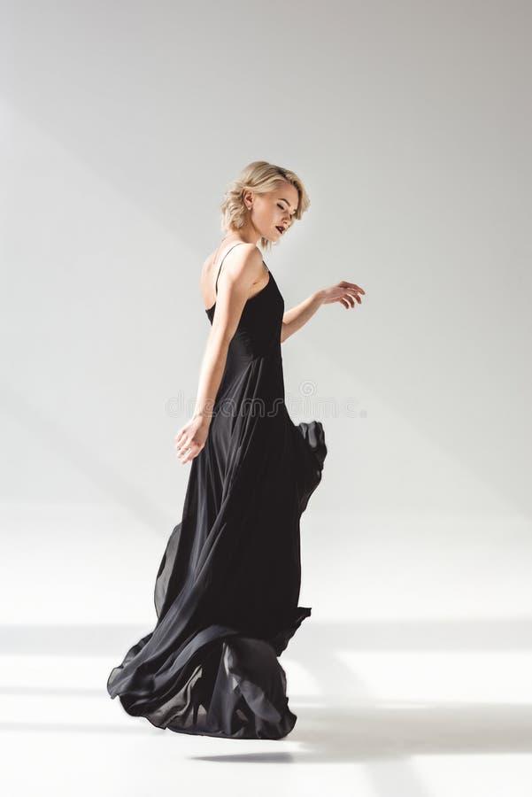 fille élégante posant dans la robe noire élégante pour la pousse de mode, photo libre de droits