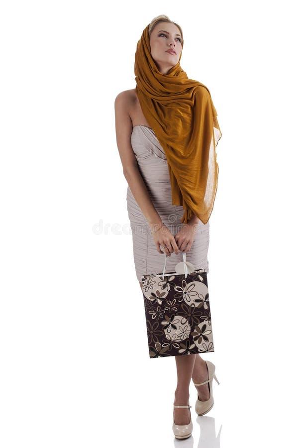 Fille élégante rêveuse de mode avec le sac à provisions images stock