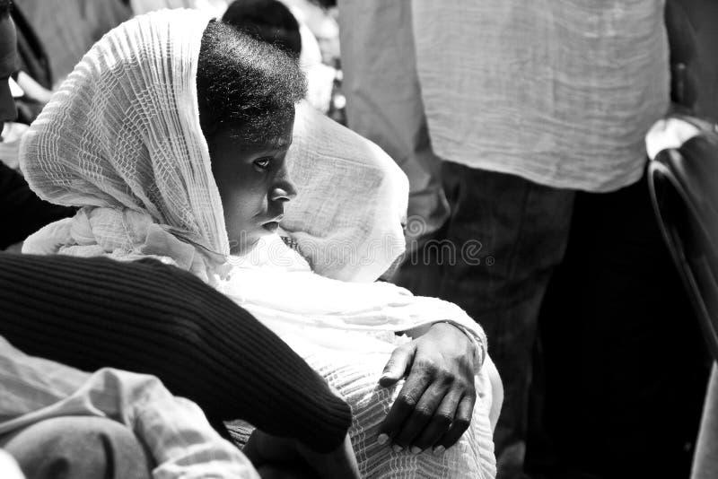 Fille éthiopienne priant pendant le service de Pâques photographie stock libre de droits