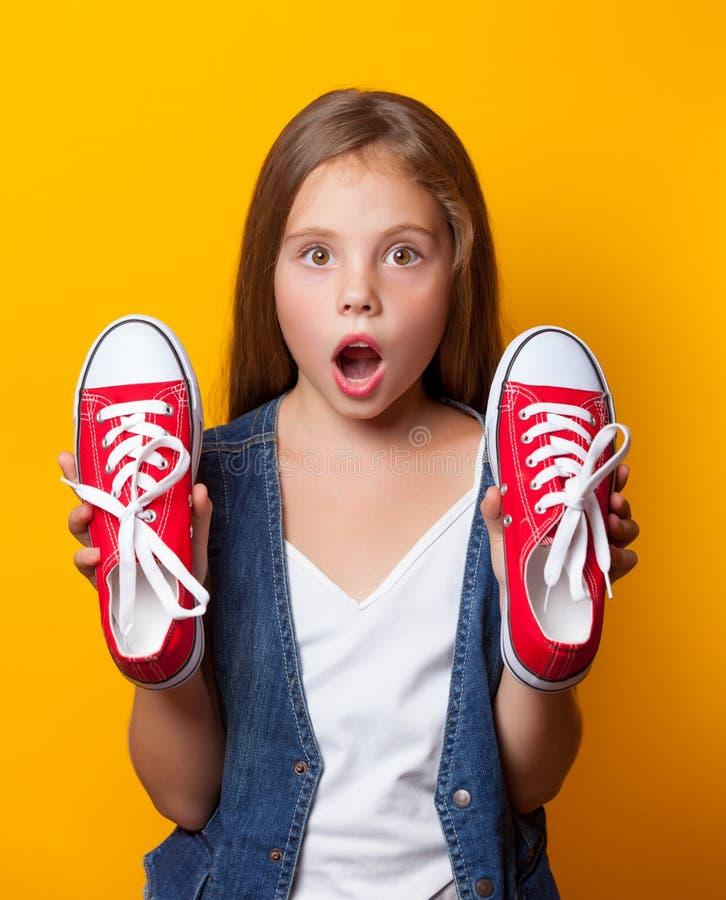Fille étonnée par jeunes avec les chaussures en caoutchouc rouges photos libres de droits
