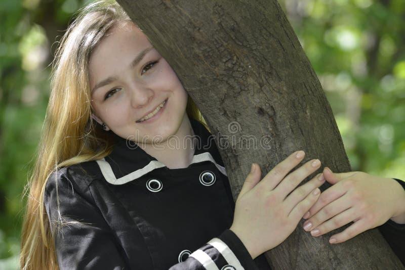 Fille étreignant un arbre images libres de droits