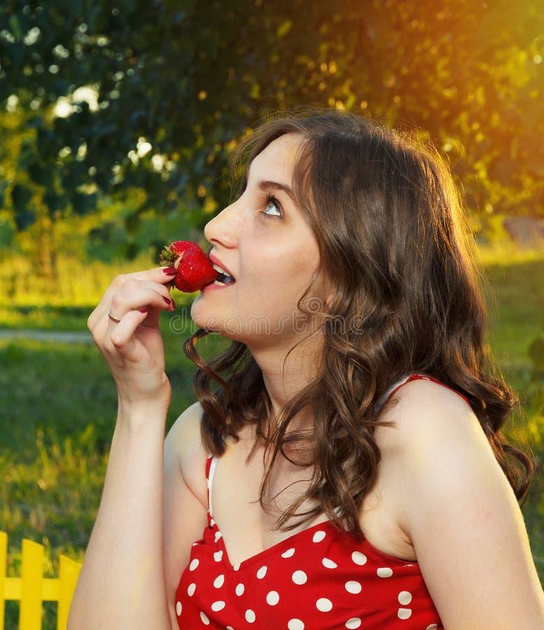 Download Fille image stock. Image du rouge, femme, été, vert, visage - 56485333