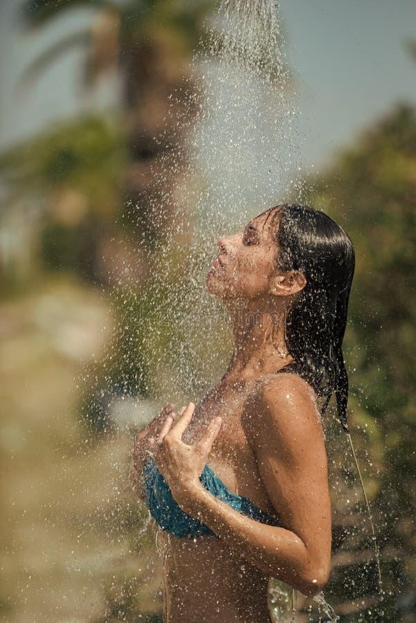 Fille actionnée Filles de visage de questions Baisses de l'eau tombant sur la femme attirante Jeune belle fille de brune prenant  image stock