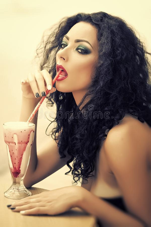 Fille actionnée Filles de visage de questions Cocktail womansipping espiègle mignon image libre de droits